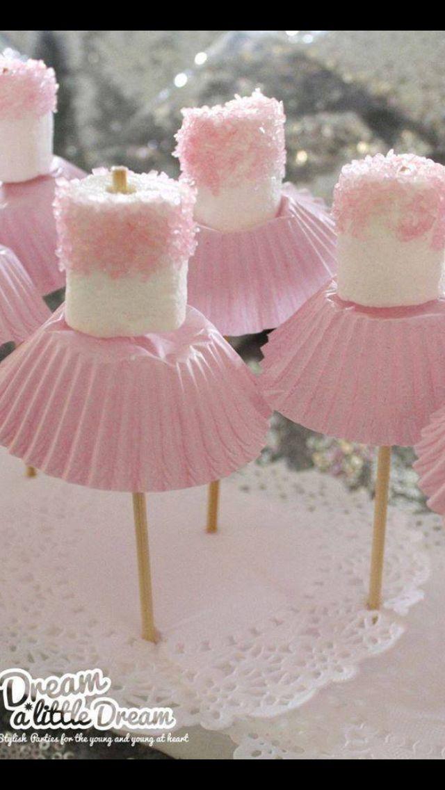 Bailarina con marshmallows, palitos y los envases de brigadeiros. Genial!