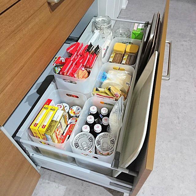 システムキッチン収納のコツと実例アイデア16選 もう散らかさない 2ページ目 Macaroni システムキッチン インテリア 収納 システムキッチン 収納 アイデア