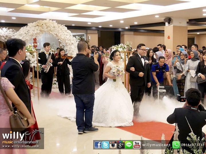 Bridal Procession with Saxophone and Violin on The Wedding of Jimmy & Maria  Thanks to all Supported Vendors: Wedding Organizer: @twins.weddingorganizer Venue & Catering: @grandeastern5275 Decoration: @corner_dc MC: @martin4seasons_mc @putri.xu Music Entertainment: @willymusicent Photo & Video: Kaptured Photography Penjaga Angpao: @divine_pager_ayu Wedding Cake: @valentinecakebandung Handbouquet: Chloe  #music #entertainment #musicentertainment #musicentertainmentbandung #musicentertainmentjakar