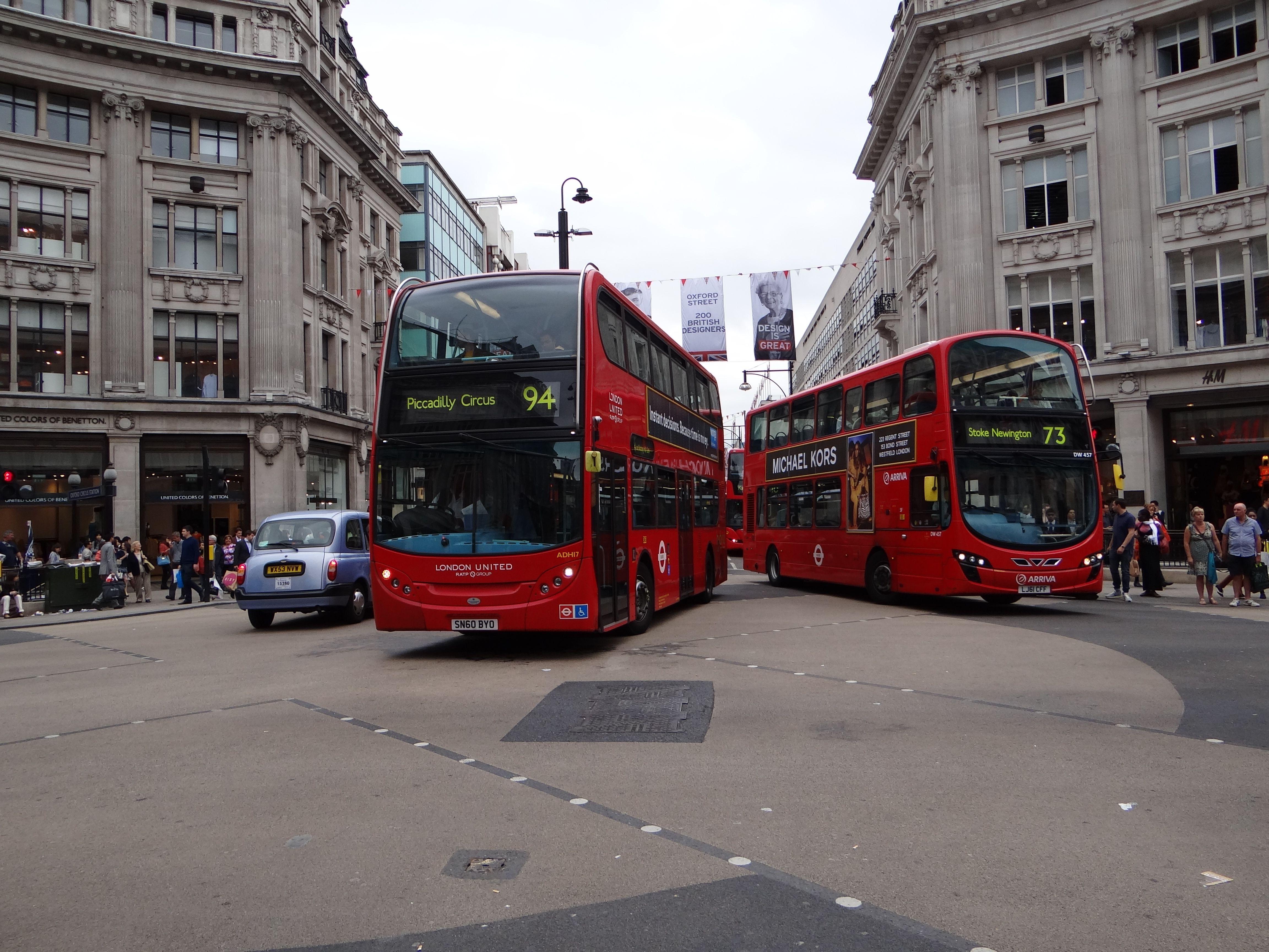 ADL E400H Nr. ADH 17 mit dem Kennzeichen SN60BYO als RATP London United-Linie 94 + VDL Bus DB300 Nr. DW 457 mit dem Kennzeichen LJ61CFF als Arriva London-Linie 73 am 01.06.2012 auf dem Oxford Circus.