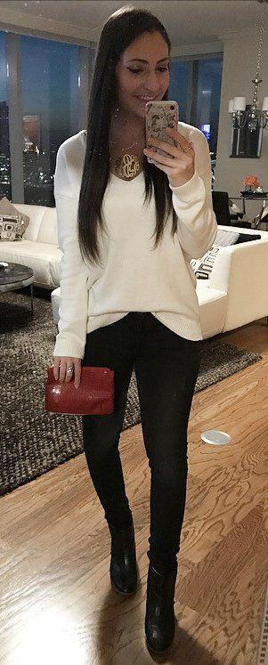nice Weiße gestrickte Jeans   schwarze Skinny Jeans   Stiefeletten aus schwarzem  Leder   rote Clutch c531b65f5d