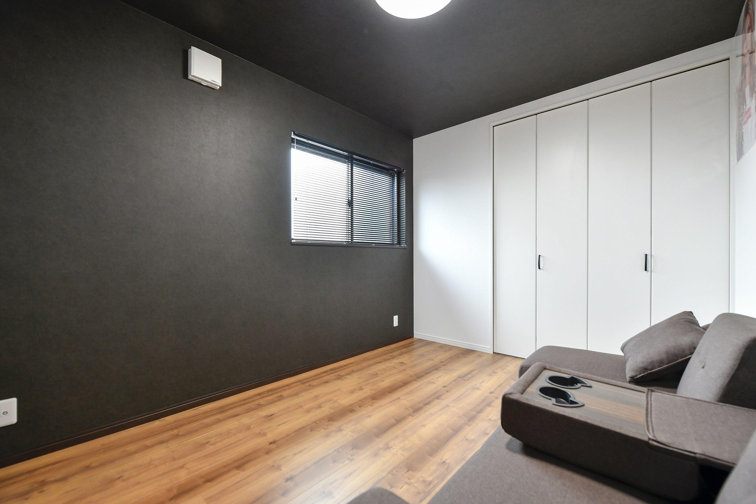 黒い壁紙の部屋 ホームインテリアデザイン かっこいい部屋 小さな家