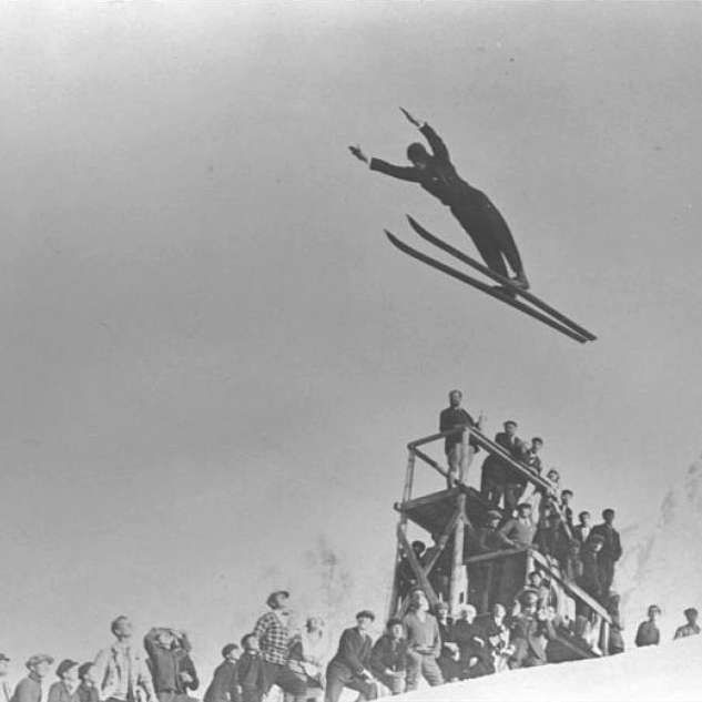 Un día como hoy, hace 88 años, el 25 de enero de 1924, comenzaron los primeros Juegos Olímpicos de invierno. Tuvieron lugar en Chamonix, donde compitieron 16 países y se enfrentaron cerca de 300 deportistas en pruebas deportivas de invierno como el hockey sobre hielo, el curling, el patinaje artístico... Noruega es el país más laureado de estos juegos. #juegos #invierno #olímpicos http://www.pandabuzz.com/es/un-dia-como-hoy/primeros-juegos-olímpicos-invierno