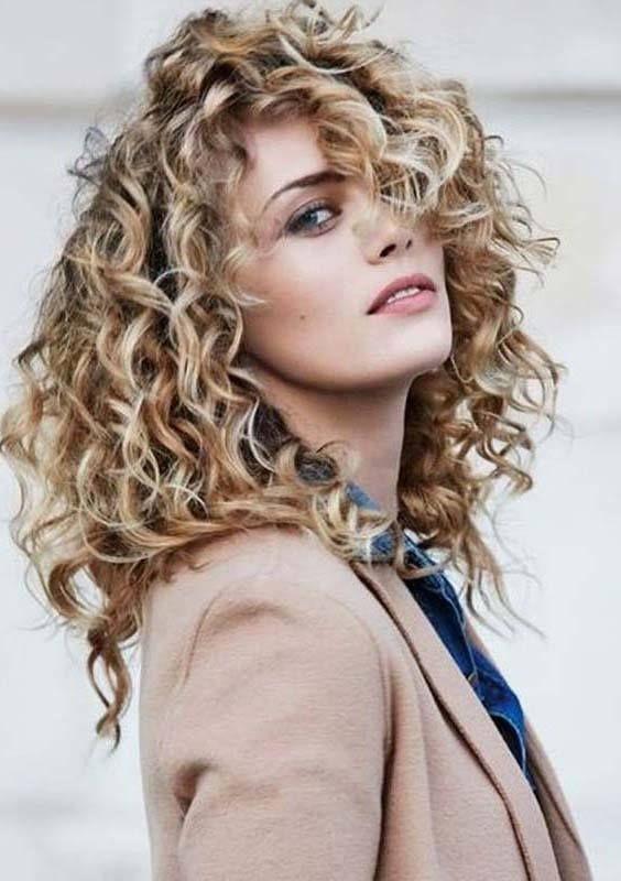 10 süßeste lange geschichtete Haarschnitte mit verschiedenen Arten -  Lange geschichtete Locken für Frauen  - #arten #geschichtete #haarschnitte #lange #mit #Süßeste #verschiedenen #longlayeredhaircuts
