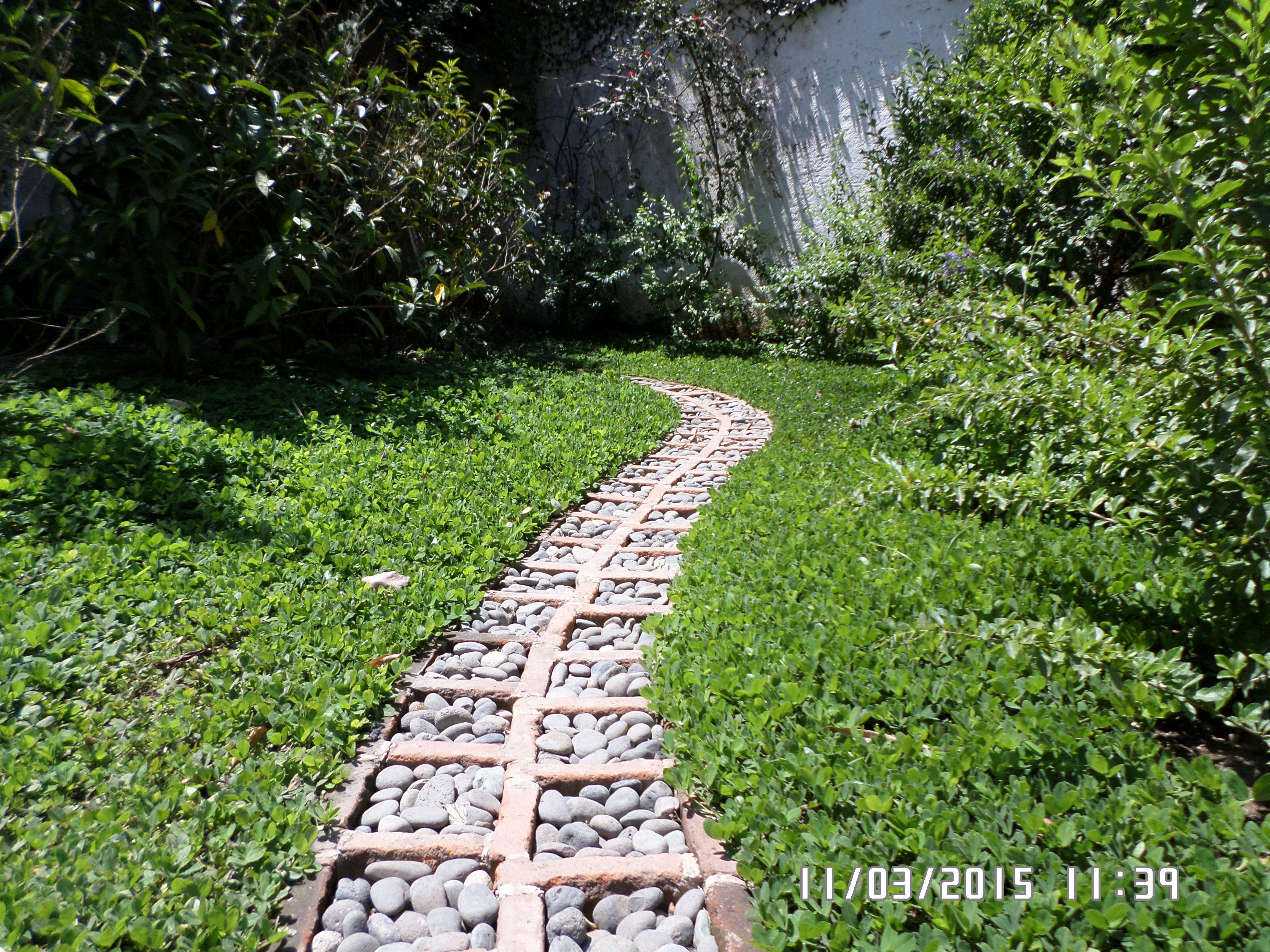 Camino de piedra de canto rodado y ladrillo artesanal 8 for Camino de piedras para jardin