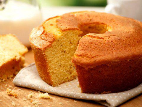 Preparación1. DERRITE la mantequilla en el microondas y déjala enfriar.2. TAMIZA la harina, el polvo para hornear y la sal.3. MEZCLA en la licuadora la leche, los huevos y la mantequilla hasta que se incorporen. Incopora los polvos y la esencia de vainilla.4. VACÍA la mezcla en un molde engrasado y enharinado. Espolvorea con nueces, pasas o almendras (evolcadas en un poco de harina).