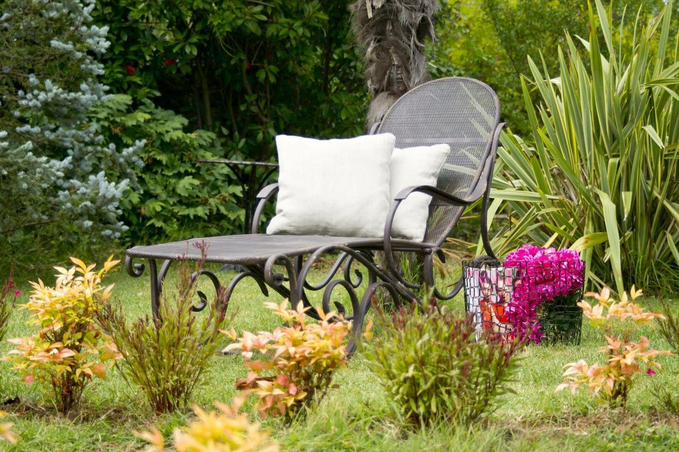 Ein Verwilderter Garten Kann Selbst Neugestaltet Werden Oder Von Profis Vintage Home Decor Outdoor Furniture Sets Home Decor