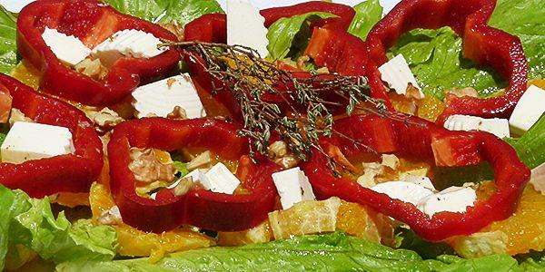 Te propongo un plato para cuidarte, una ensadada de lechuga con mucho sabor. Ensalada de lechuga, pimiento rojo y naranja