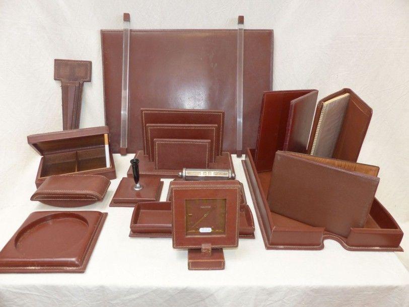 le tanneur n cessaire de bureau en cuir marron couture de cordelettes comprenant un r veil. Black Bedroom Furniture Sets. Home Design Ideas