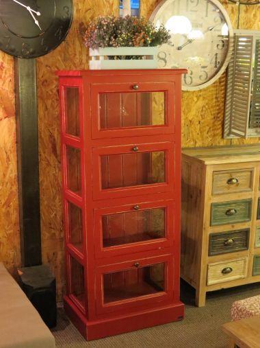 ארונית מדפים מעץ אורן פיני מלא מעוצבת בסגנון פרובנס. לארונית 4 תאי אחסון גדולים, הסגורים בעזרת קלפות זכוכית מעוצבות. ניתן לקבל את הארונית ב-72 צבעים שונים.