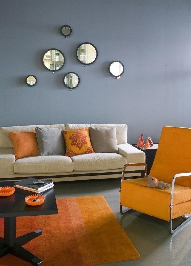 wohnzimmer wandfarbe grau orange akzente deko runde spiegel ...