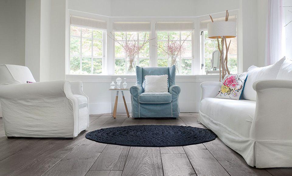 Eiken houten vloer in woonkamer - witte banken - donkere vloer ...