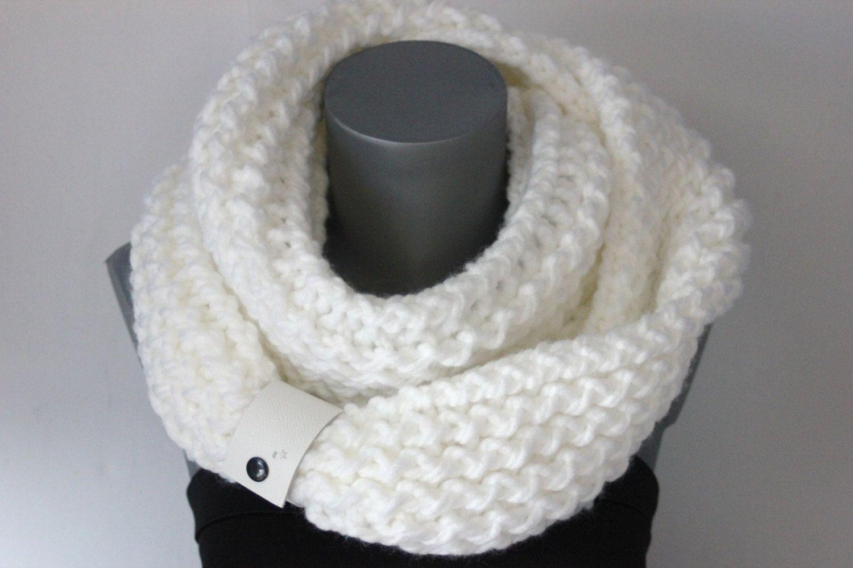 Snood en laine blanche oversize avec lacet en cuir blanc - Echarpe tube - écharpe  infinie - grosse écharpe en laine - grosse laine blanche de la boutique ... 286dfb99f0a