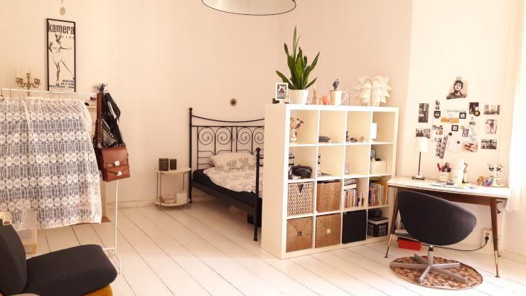 Schone Wg Zimmer Einrichtungsidee Heller Holzboden Bett Mit Regal Als Sichtschutz Schreibtisch Mit Fotowand Kl Wg Zimmer Zimmer Einrichten Heller Holzboden