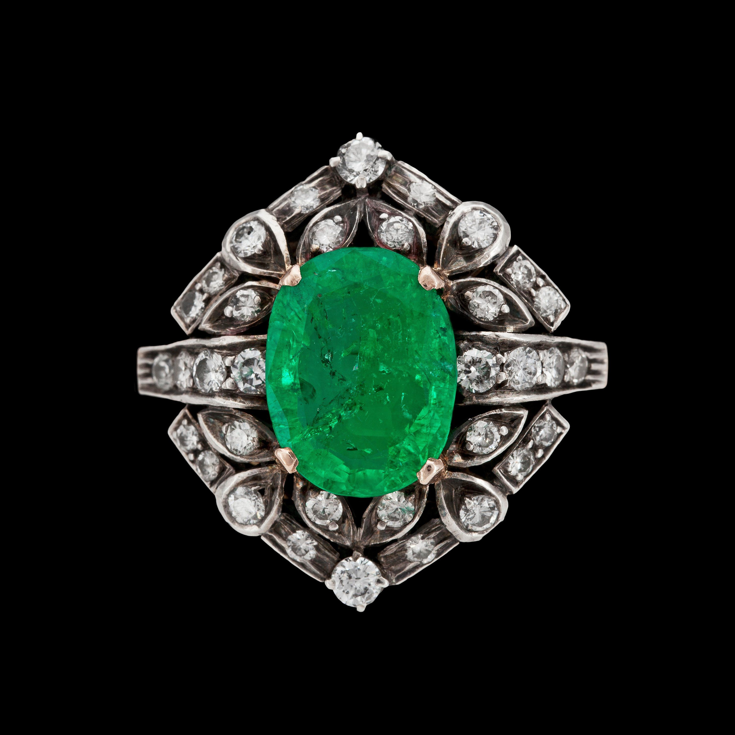 An emerald and diamond ring, tot. app. 1 cts.  18k gold and silver.