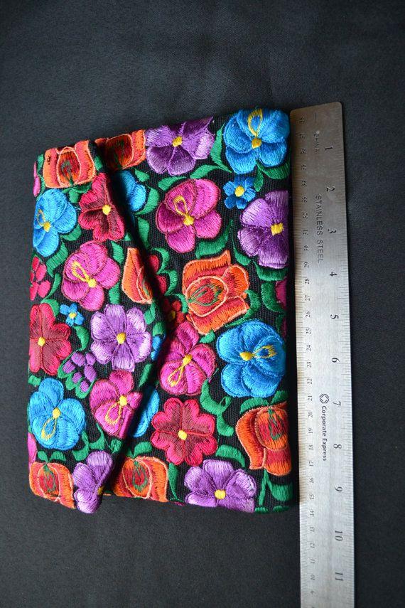 10850256c Bolso clutch mexicano bordado con flores de Chiapas por Copalli ...