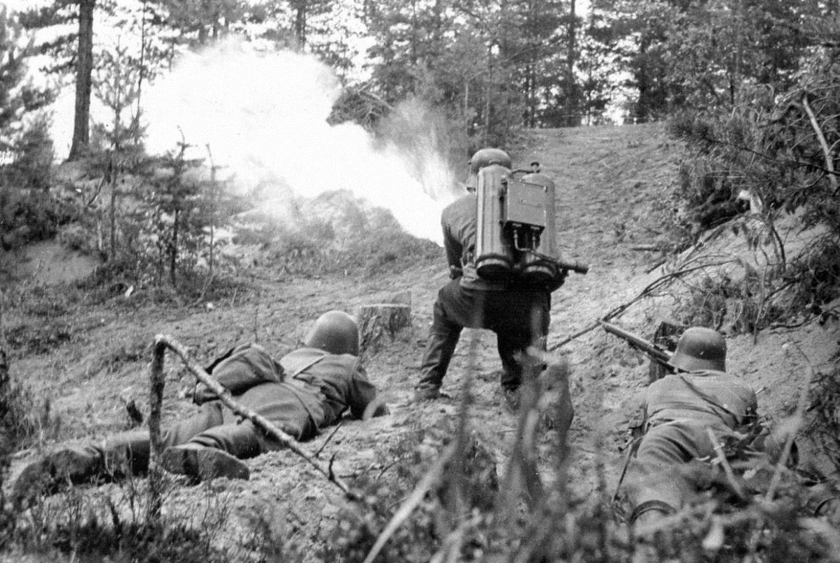 Finnische Soldaten mit dem Flammenwerfer Apparecchio Lanciafiamme Spallegiato Mod. 40 (italienische Produktion) unterstützen den Angriff Ihrer Einheit.