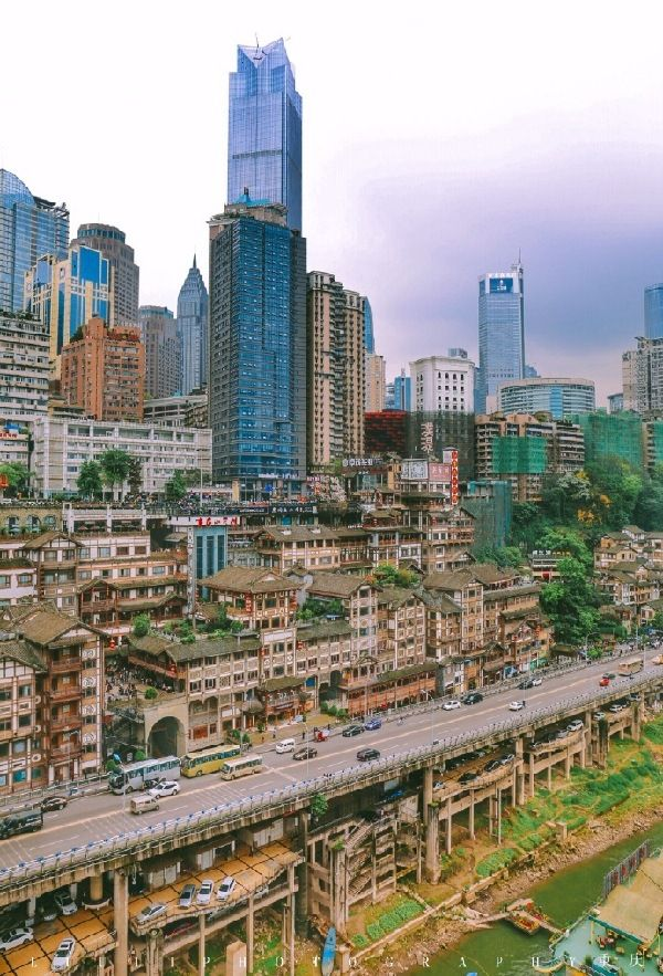 There are houses above and below the roads, and I found myself asking for directions all the time, Chongqing