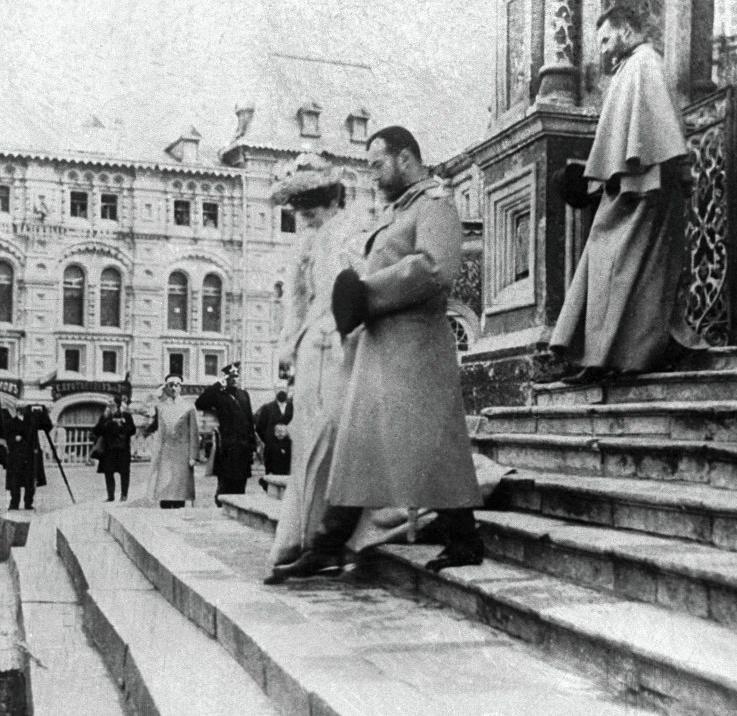 Император Николай II и императрица Александра Фёдоровна выходят из Храма Василия Блаженного. Москва. 16 апреля 1903 года.