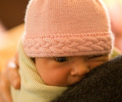 Free knitting pattern for baby hat with cable trim | baby ...