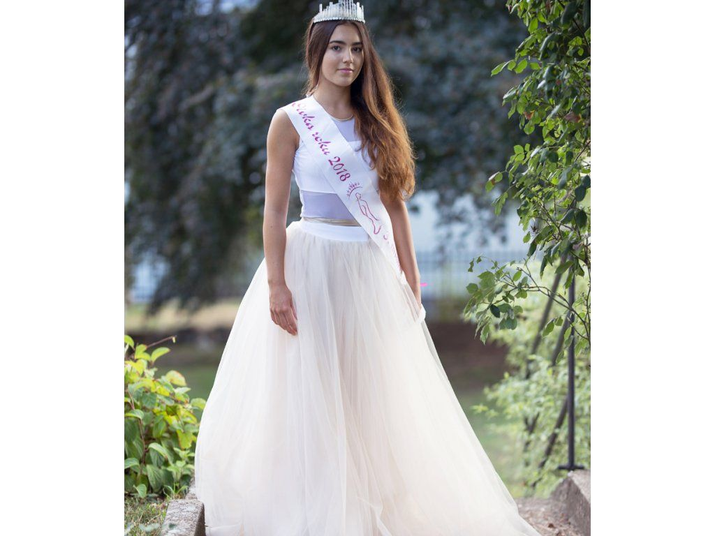 068da7c87ebd Dívčí a dámská dlouhá krémová tylová sukně a bílé body. Cena od 6999 ...