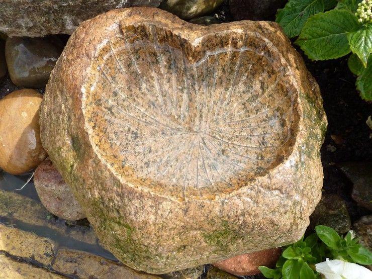 sierstenen blad, pompebled, vogelbadje gemaakt van een zwerfkei