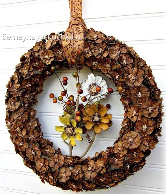 поделка венок из природного материала   Венок из сосновых ...