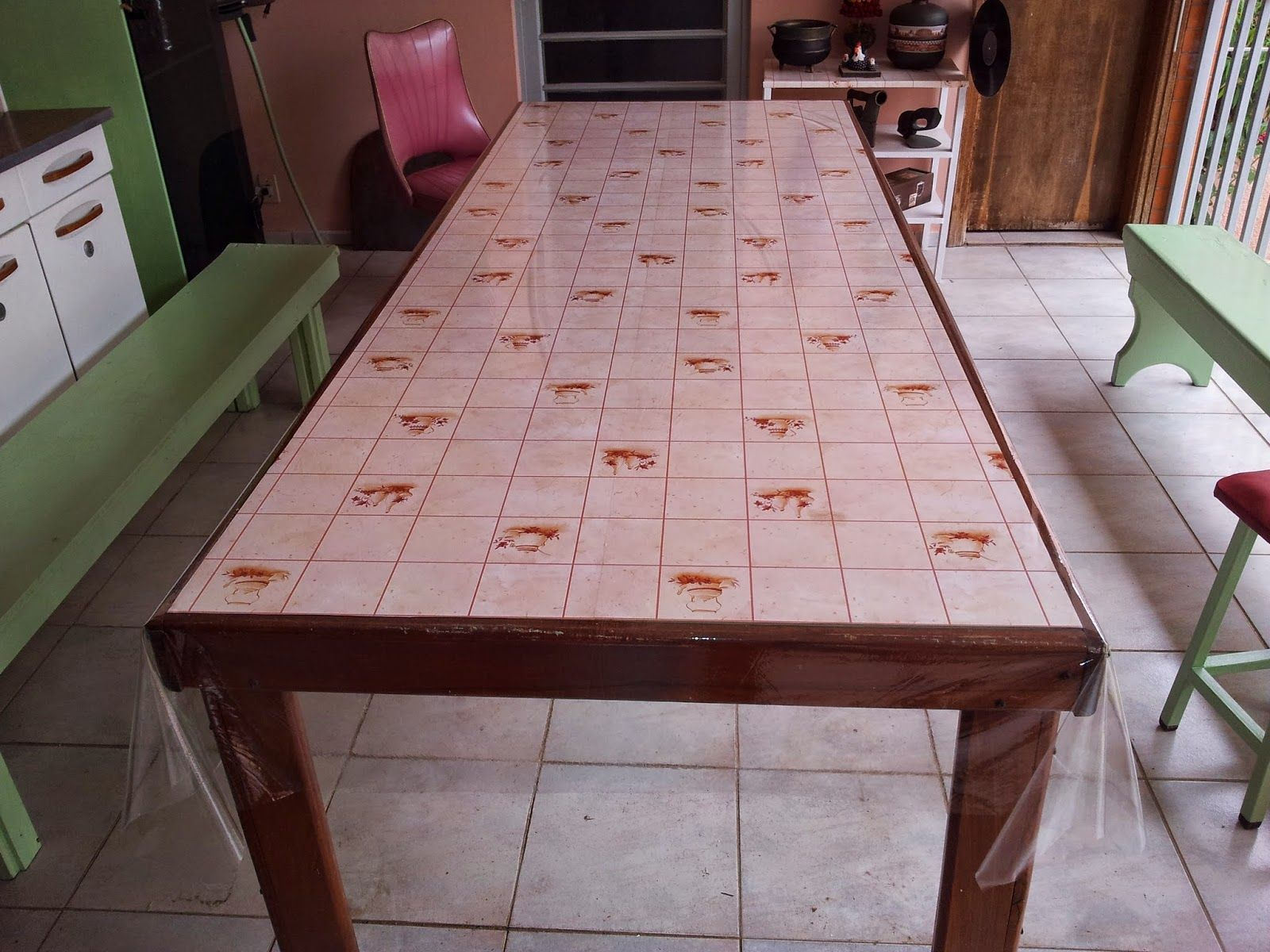 Mesa de madeira de demolição e divisória de vidro temperado. http://oficinadoquintal.blogspot.com.br/2014/06/como-fazer-uma-mesa-usando-vidro.html