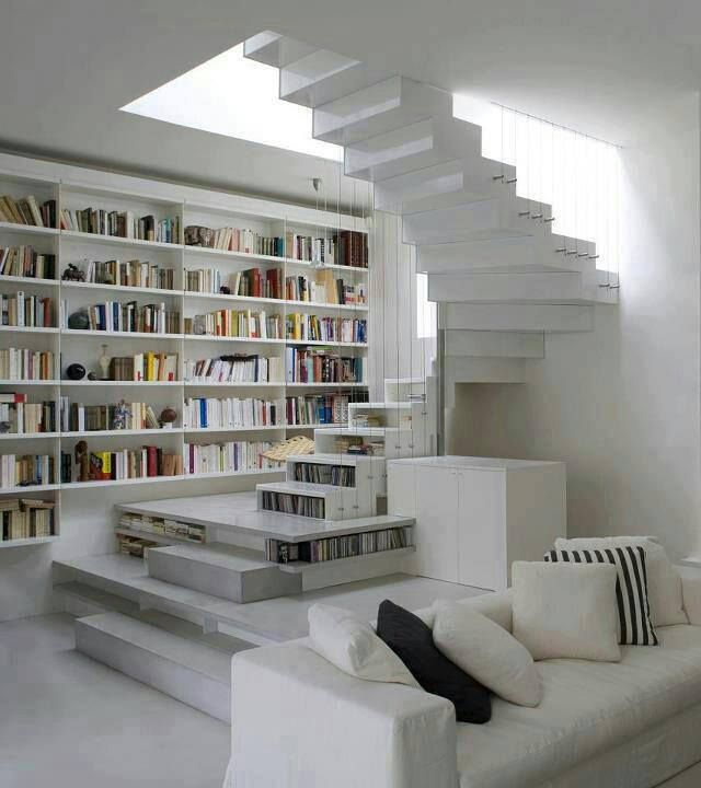 Salone bianco con scala libreria interior design scale for Escaleras libreria