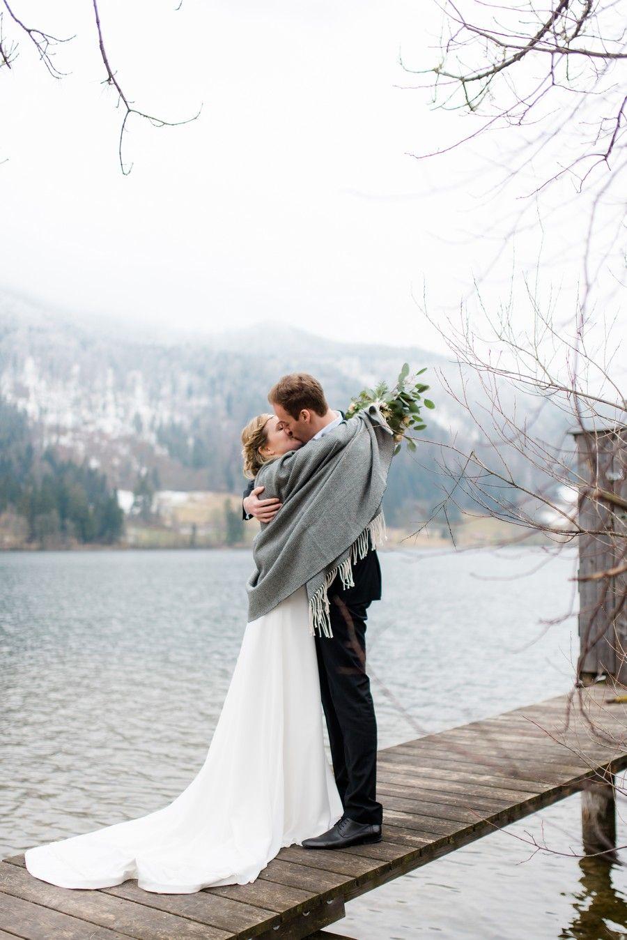 Ein Brautpaar-Shooting mit Boho-Vintage-Brautkleid mit Schleppe und ...