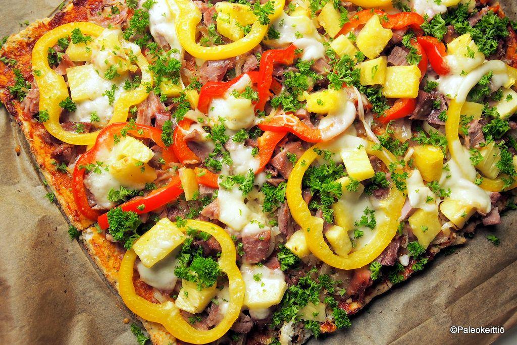 Pizzan paistosta on jo parisen viikkoa aikaa, mutta yritänpä palautella mieleen ajatuksia ja ohjeita ajan takaa. Miksi paleoemäntä leipoo pizzaa? Todettakoon aivan ensimmäiseksi, että en ole ns. pa...