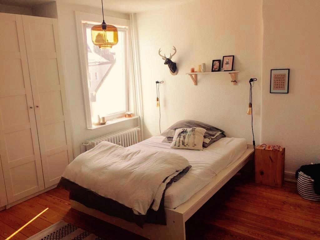 Gemütliches Schlafzimmer ~ Gemütlicher schlafbereich mit schlichten lampen wg schlafzimmer
