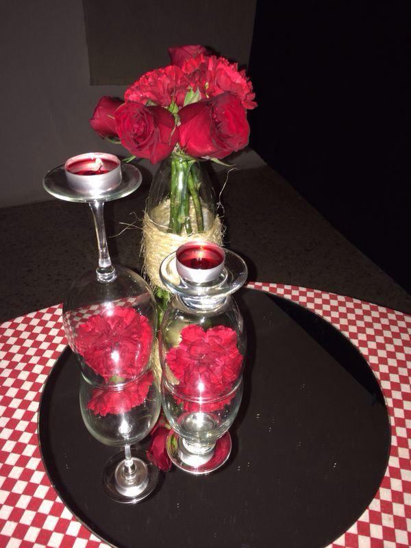 centro de mesa con base de espejo acompa ado de una copa para vino y con velas y claveles algo. Black Bedroom Furniture Sets. Home Design Ideas