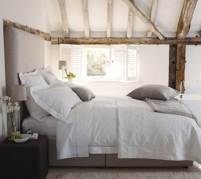 Rustieke slaapkamer met houten balken - zolderkamer | zolder ...