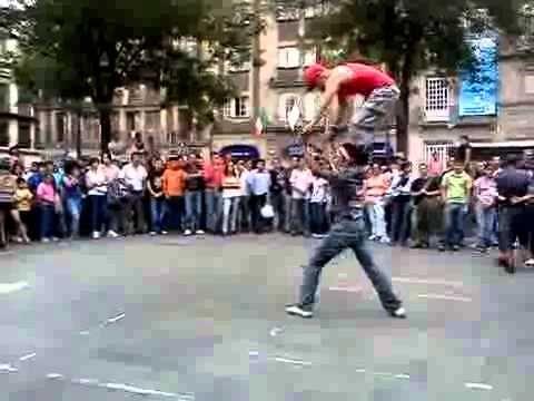 Baile, talento callejero. Espectacular El Talento De Estos Chicos.