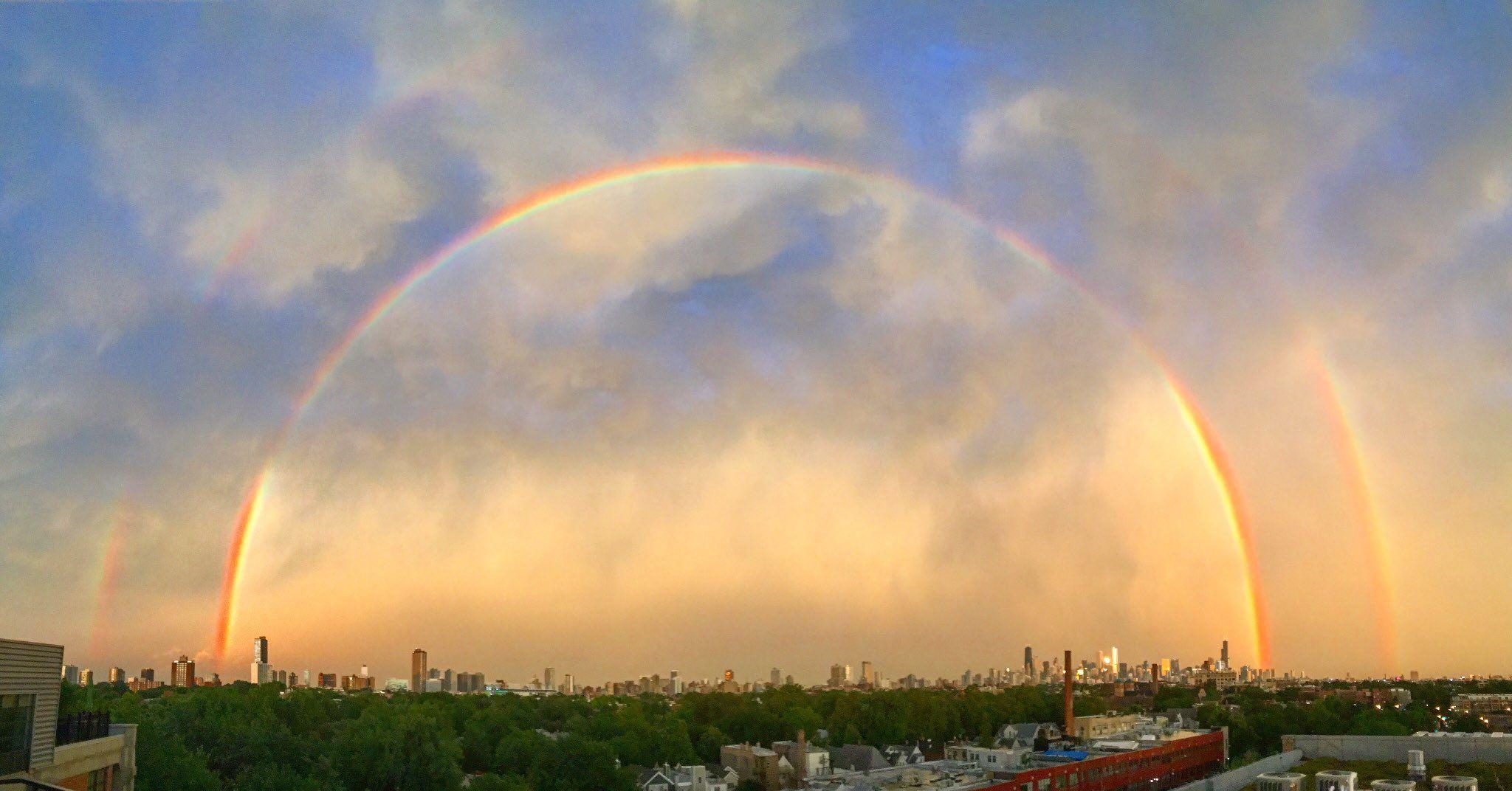 Lindo arco-íris duplo sobre a cidade de Chigago