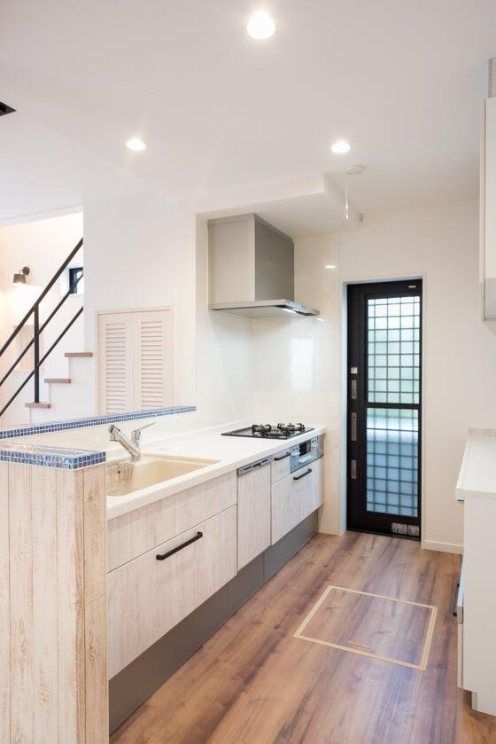 キッチンの縁取りはモザイクタイルを貼っておしゃれにデザイン リビング キッチン キッチン システムキッチンリフォーム