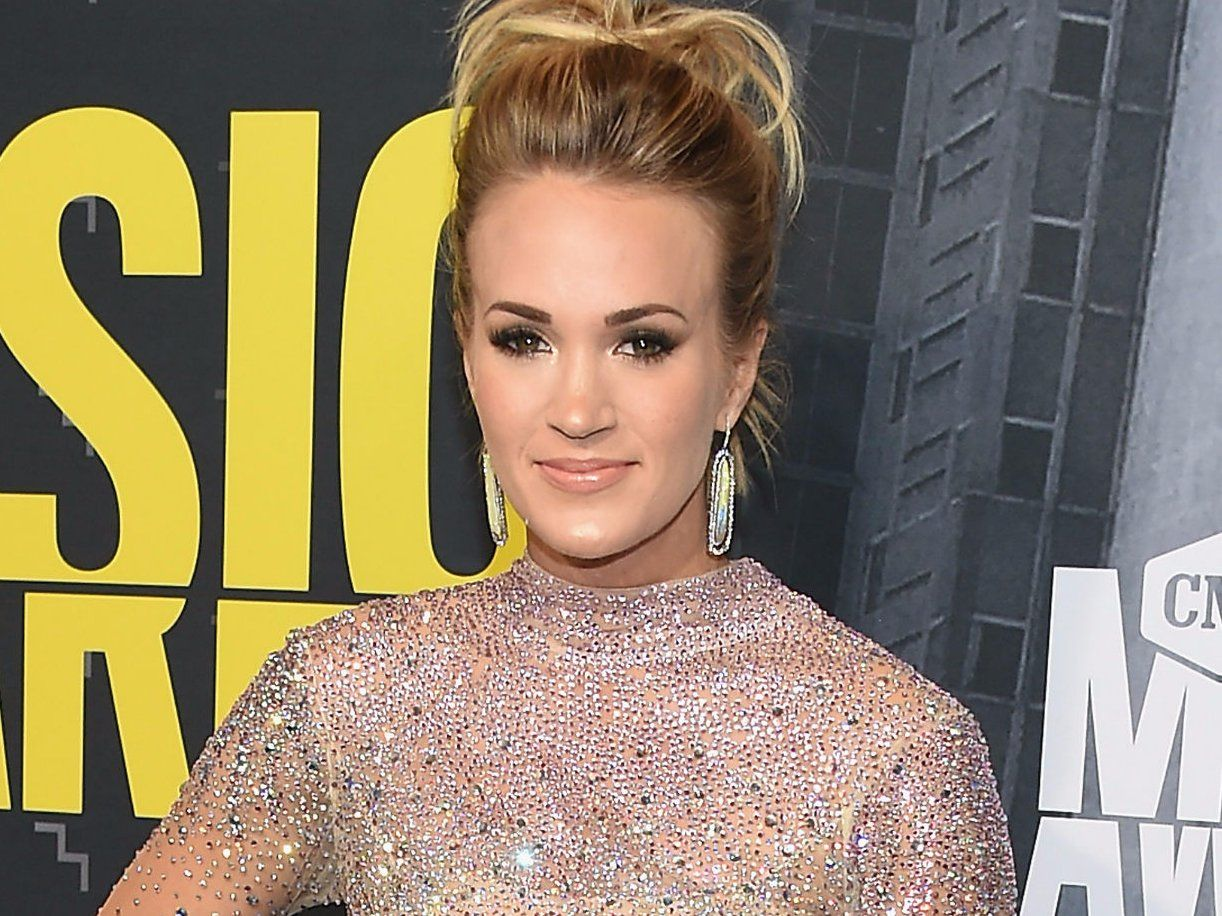 Carrie Underwood just posted a photo after the accident that left 40  stitches in her face