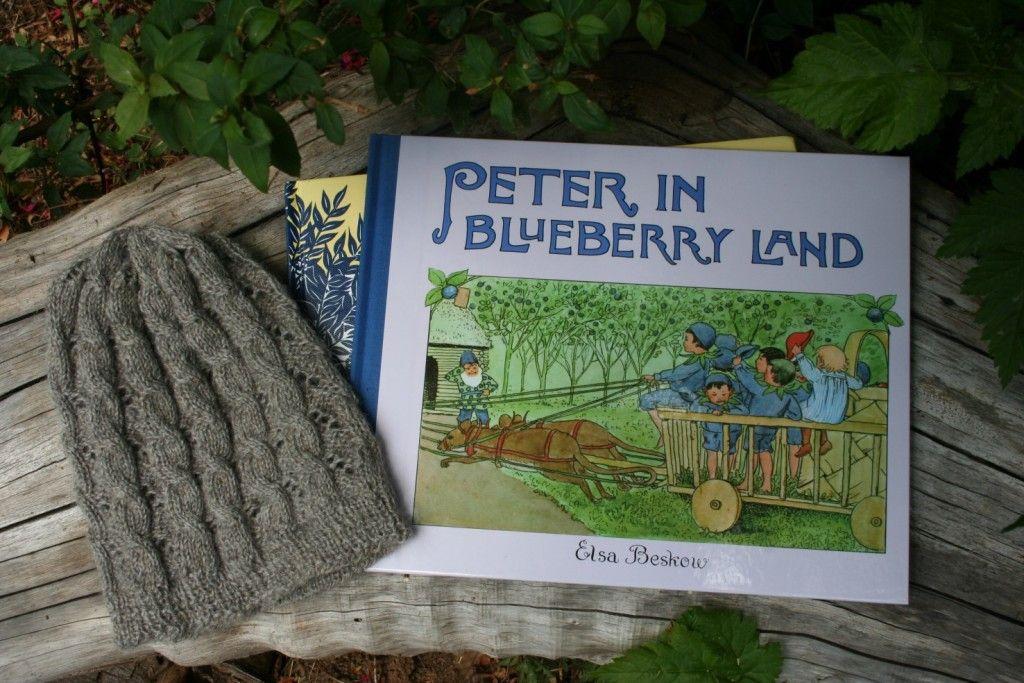 yarnalong: a finished hat & blueberry books