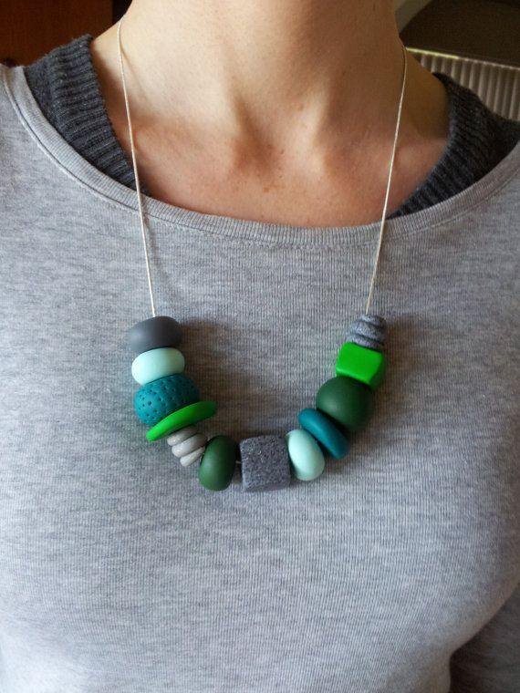 Collana di argilla del polimero verdi & grigi di EmbellishHandmade