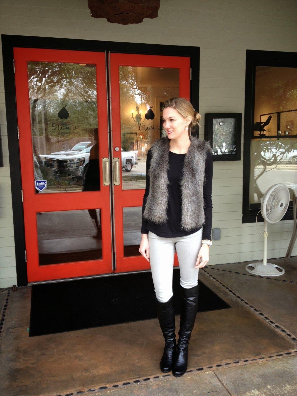 fc2974b831 Jersey negro + chaleco de pelos + pantalón blanco + botas altas negras