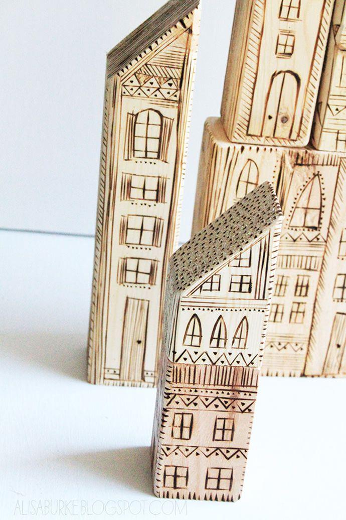 Huse i træ med brændte detaljer. Vi kunne lave en hel by! DIY Wood Burned Blocks (via Alisa Burke)