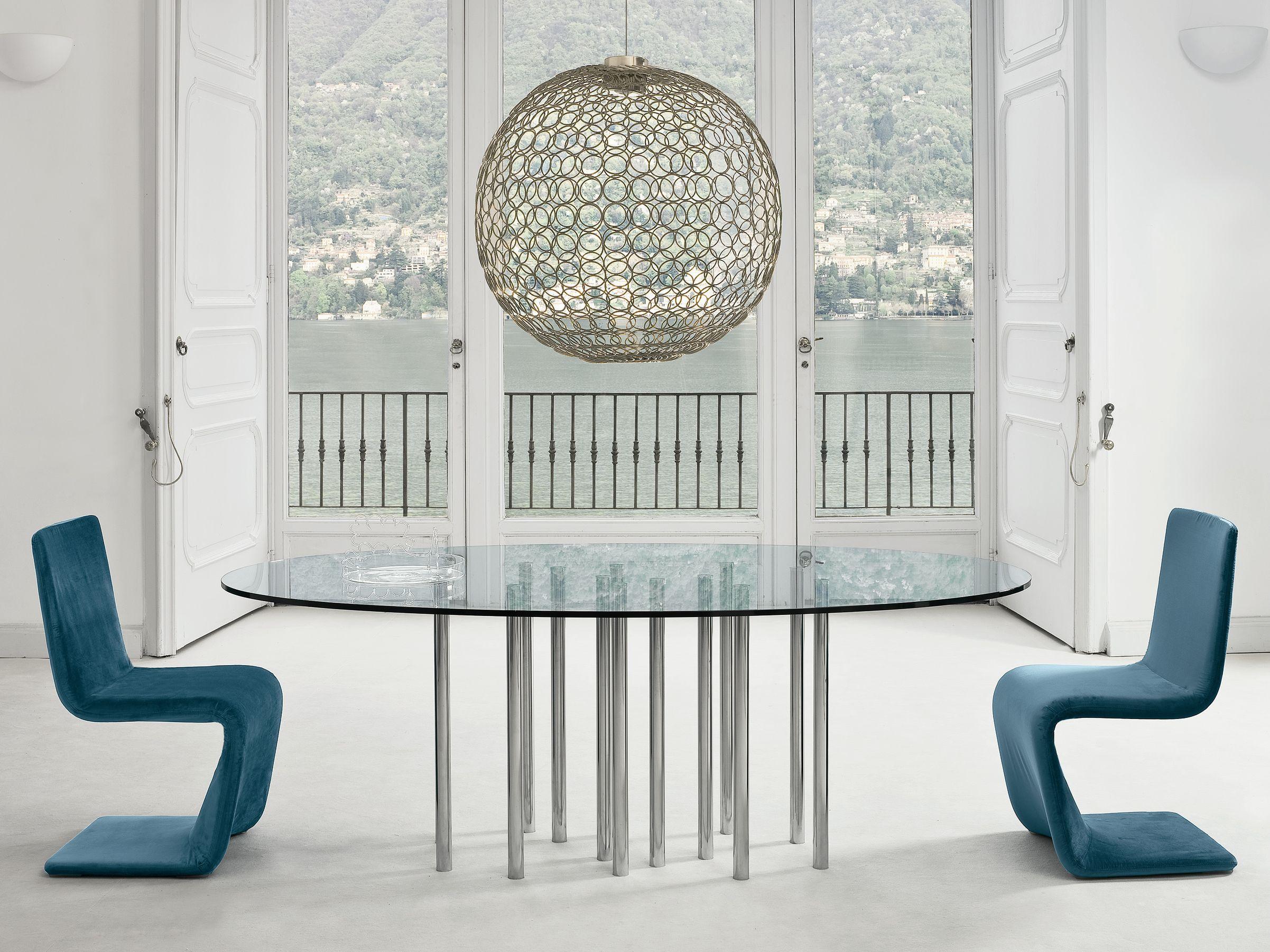 Mesa de jantar de vidro com duas cadeiras e luminária esférica