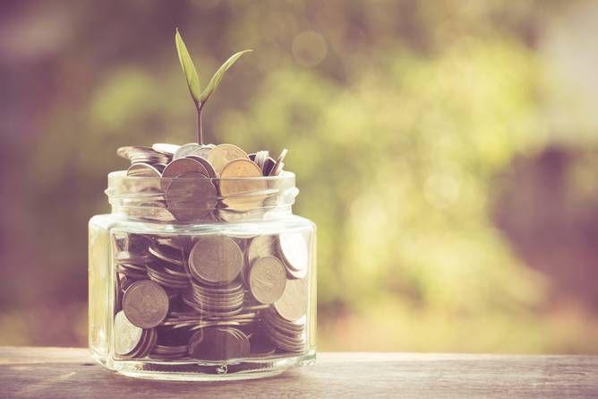 Altersvorsorge wirkt sich steuersenkend aus. Der Höchstbetrag für die Altersvorsorgeaufwendung steigt 2016 von 20.000 Euro auf 22.767 Euro bei Ledigen und bei Verheirateten auf 45.534 Euro. Allerdings können in diesem Jahr nur maximal 82 Prozent dieses Betrags wirklich steuerlich geltend gemacht werden, also 18.669 Euro bzw. 37.338 Euro. Dieser Prozentsatz steigt jährlich. Als Altersvorsorge werden Beiträge in die gesetzliche Rentenversicherung, Versorgungseinrichtungen, Alterskassen und die…