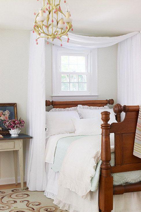 Mach Dir einen Himmel für Dein Bett, indem Du Stoff von der Decke hängen lässt.