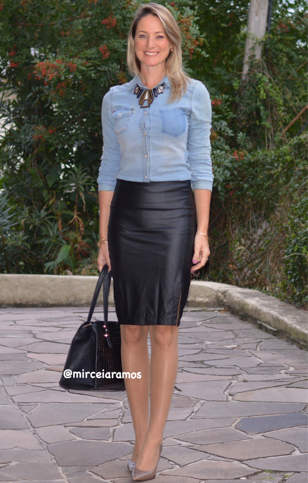 2bb660c1f8 ... corporativo - moda no trabalho - work outfit - office outfit - spring  outfit - look executiva - fall outfit - saia Courino -saia couro - camisa  jeans