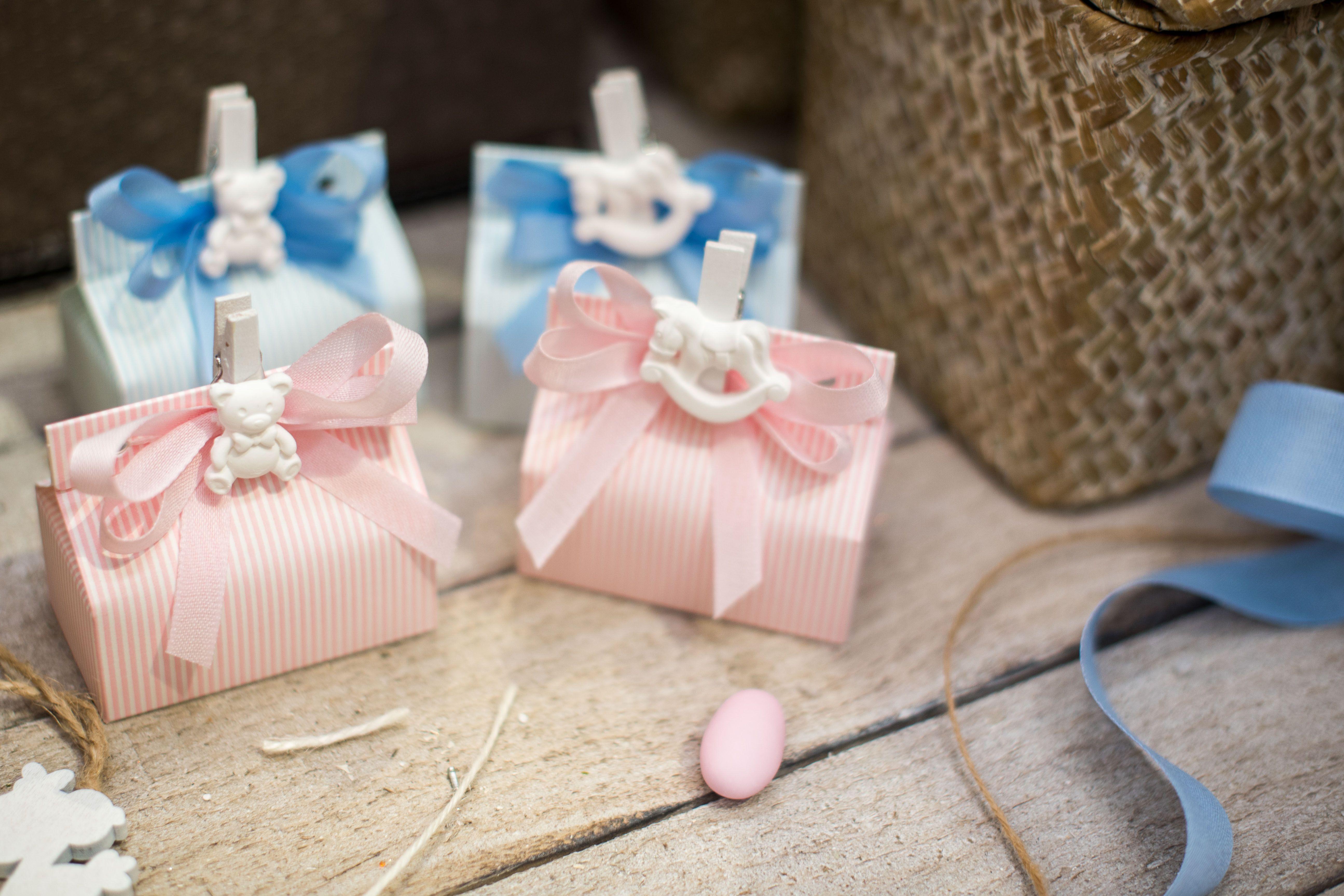Scatoline In Cartone Rosa O Azzurro Per Bomboniere Battesimo Completano La Bomboniera Il Fiocchetto Con Nastro In Cotone E La Molle Bomboniere Bomboniera Idee