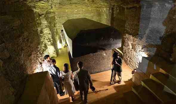كيف تمكن المصريون القدماء من بناء الأربعة وعشرين صندوقا التي اكتشفناها؟ كيف دفنوا هذه التوابيت السوداء المريبة والضخمة في سرداب تحت الأرض …