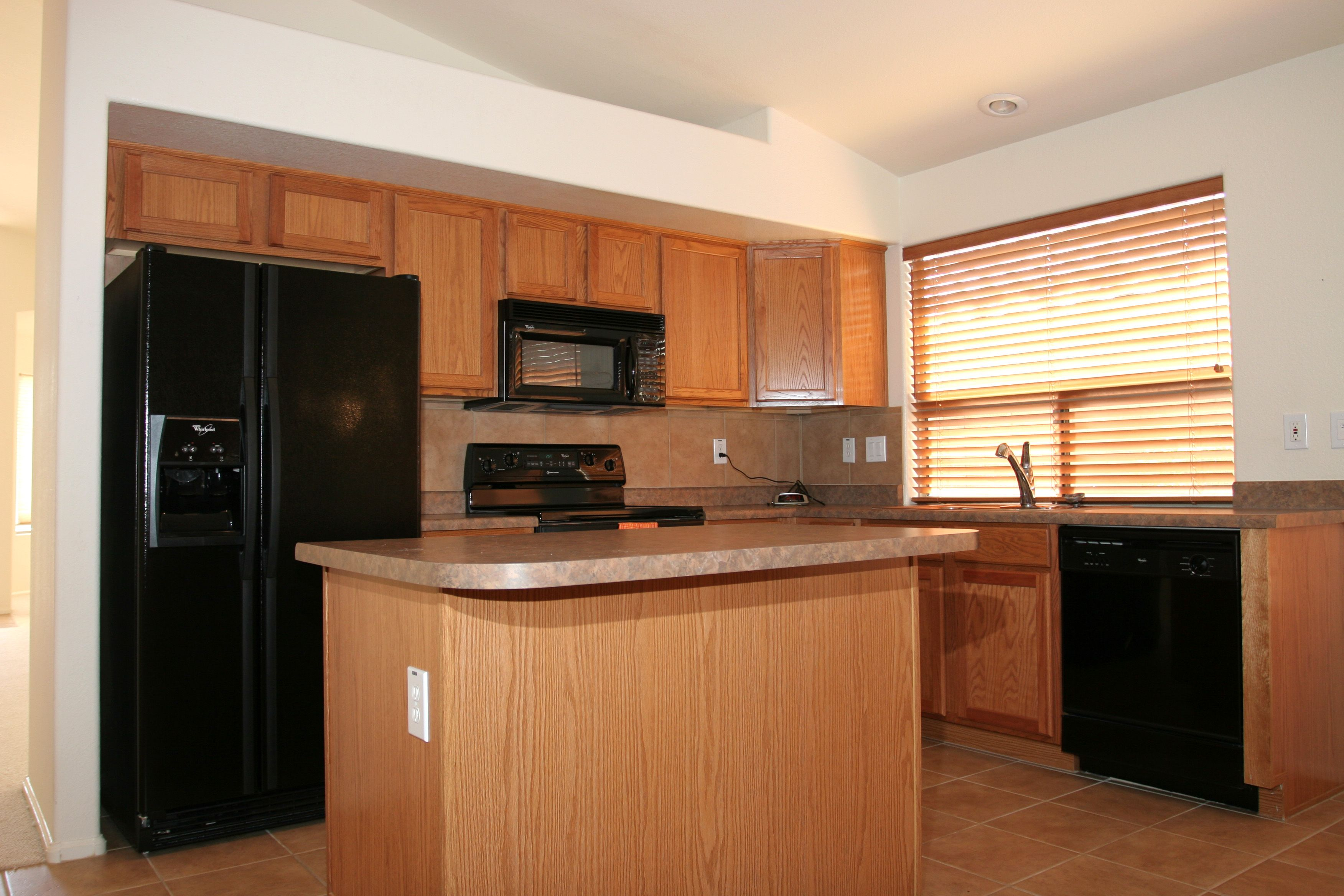 Kitchen black appliances photo gallery homes of the for Kitchen cabinets with black appliances