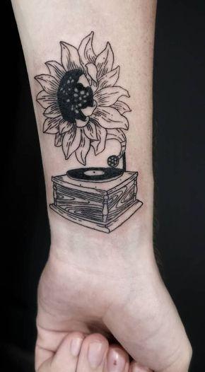 illustrative sunflower tattoo ©️️ tattoo artist virginskin. estudio de tatuaje ❤️🌻❤️🌻❤️🌻❤️🌻❤️